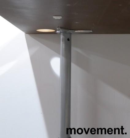 Hjørneskrivebord i lys grå / grå, 180x120cm, venstreløsning, pent brukt bilde 2