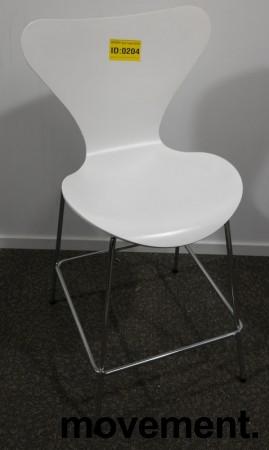Barkrakk / barstol: Arne Jacobsen 7er / syverstol, 3107 barstol i hvitt / krom, pent brukt bilde 1