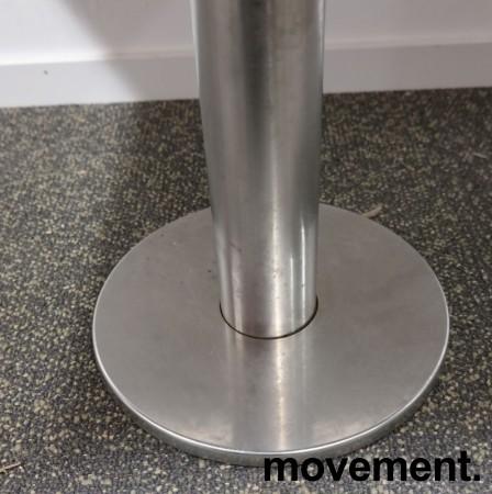 Kafebord med plate i lys eikelaminat, understell i satinert stål for montering i gulv, 109x69cm, H=76cm, pent brukt bilde 4