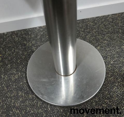 Kafebord med plate i lys eikelaminat, understell i satinert stål for montering i gulv, 69x49cm, H=76cm, pent brukt bilde 4