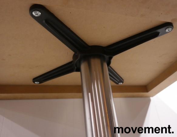 Kafebord med plate i lys eikelaminat, understell i satinert stål for montering i gulv, 69x49cm, H=76cm, pent brukt bilde 3
