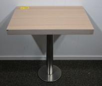 Kafebord med plate i lys eikelaminat, understell i satinert stål for montering i gulv, 69x49cm, H=76cm, pent brukt