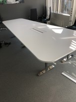 Trapesformet møtebord i hvitt / krom, 425x160cm, passer 14-16 personer, egnet for videokonferanse, pent brukt