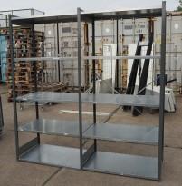 Stålhylle med 18stk sidegavler 210cm høyde og 32 stk 100x60cm hylleplater, pent brukt