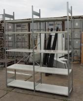 Stålhylle med 9stk sidegavler 250cm høyde og 62 stk 100x50cm hylleplater, pent brukt