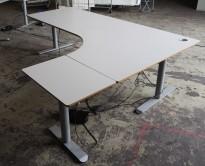 Hjørneløsning / skrivebord med elektrisk hevsenk i lys grå fra Linak. 220x160cm høyreløsning, pent brukt