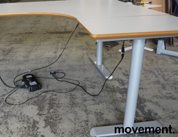 Hjørneløsning / skrivebord med elektrisk hevsenk i lys grå fra Linak. 180x160cm høyreløsning, pent brukt bilde 3