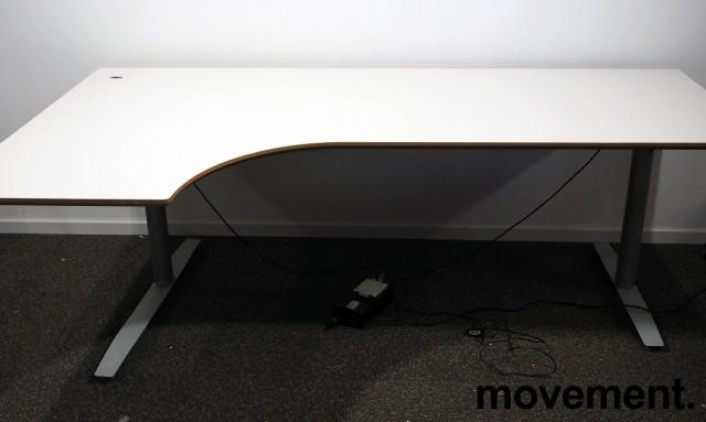 Skrivebord med elektrisk hevsenk i lys grå fra Svenheim, 200x120cm, venstreløsning, pent brukt bilde 1