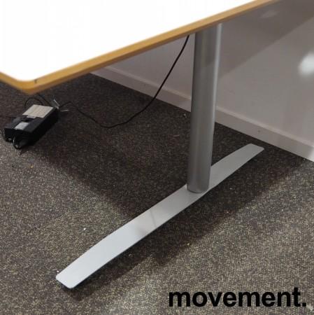 Skrivebord med elektrisk hevsenk i lys grå fra Svenheim, 200x120cm, venstreløsning, pent brukt bilde 2