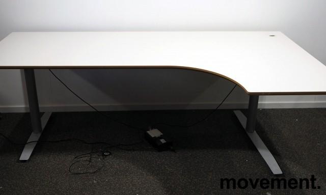 Skrivebord med elektrisk hevsenk i lys grå fra Svenheim, 200x120cm, høyreløsning, pent brukt bilde 1