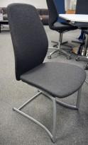 Møteromsstol / besøksstol fra Kinnarps, mod Plus 376 i mørkt grått stoff, NYTRUKKET