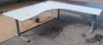 Kinnarps elektrisk hevsenk hjørneløsning skrivebord i lys grå, 200x200cm, Oberon-serie, høyreløsning, pent brukt