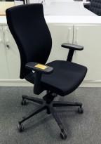 Kontorstol fra EFG, høy modell Splice i sort stoff, med armlene, pent brukt