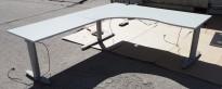 Kinnarps elektrisk hevsenk hjørneløsning skrivebord i lys grå, 180x220cm, sving på venstre side, T-serie, pent brukt
