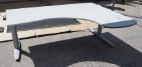 Hjørneløsning elektrisk hevsenk fra Kinnarps i lys grå, T-serie, 180x135cm, sving på høyre side, pent brukt