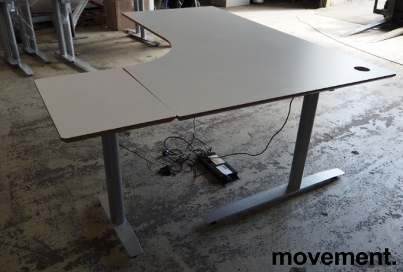Hjørneløsning / skrivebord med elektrisk hevsenk i lys grå fra Svenheim, 180x150cm, alternativt 180x170 høyreløsning, pent brukt bilde 2