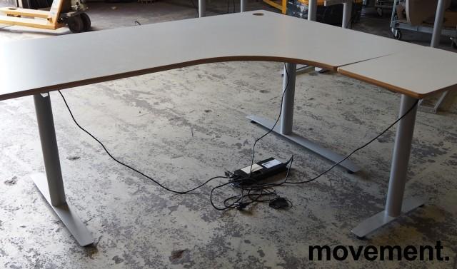 Hjørneløsning / skrivebord med elektrisk hevsenk i lys grå fra Svenheim, 180x150cm, alternativt 180x170 høyreløsning, pent brukt bilde 1