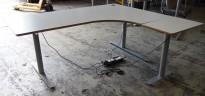 Hjørneløsning / skrivebord med elektrisk hevsenk i lys grå fra Svenheim, 180x150cm, alternativt 180x170 høyreløsning, pent brukt