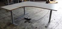 Hjørneløsning / skrivebord med elektrisk hevsenk i lys grå fra Svenheim, 180x160cm venstreløsning, pent brukt