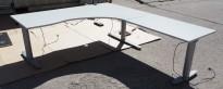 Kinnarps elektrisk hevsenk hjørneløsning skrivebord i lys grå, 180x220cm, sving på høyre side, T-serie, pent brukt
