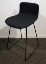 Barstol / barkrakk fra Martela, modell Sola, i koksgrått stoff, sort base, 65cm sittehøyde, pent brukt