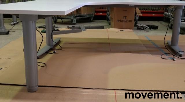 Kinnarps elektrisk hevsenk hjørneløsning skrivebord i hvitt, 180x200cm, sving på venstre side, T-serie, pent brukt understell med ny plate bilde 3