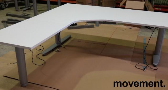 Kinnarps elektrisk hevsenk hjørneløsning skrivebord i hvitt, 180x200cm, sving på venstre side, T-serie, pent brukt understell med ny plate bilde 2