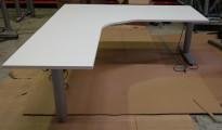 Kinnarps elektrisk hevsenk hjørneløsning skrivebord i hvitt, 180x200cm, sving på venstre side, T-serie, pent brukt understell med ny plate