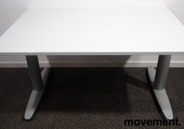 Skrivebord med elektrisk hevsenk fra Kinnarps, T-serie i lys grå, 120x80cm, pent brukt bilde 2