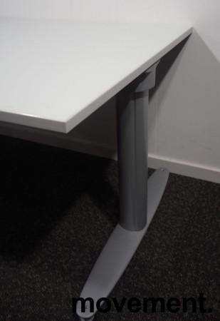 Skrivebord med elektrisk hevsenk fra Kinnarps, T-serie i lys grå, 120x80cm, pent brukt bilde 3
