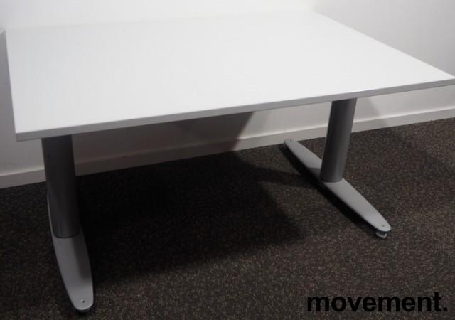 Skrivebord med elektrisk hevsenk fra Kinnarps, T-serie i lys grå, 120x80cm, pent brukt bilde 1