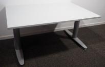 Skrivebord med elektrisk hevsenk fra Kinnarps, T-serie i lys grå, 120x80cm, pent brukt