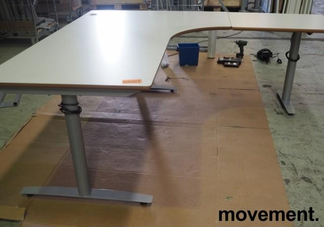 Hjørneløsning / skrivebord med elektrisk hevsenk i lys grå fra Svenheim. 200x180cm høyreløsning, pent brukt bilde 2
