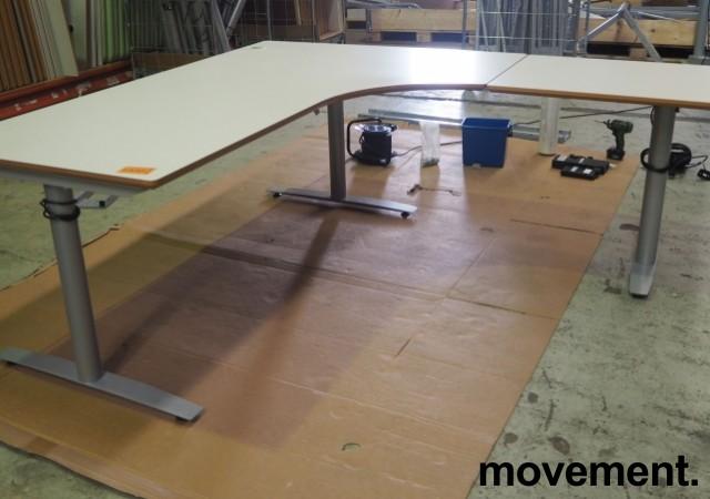 Hjørneløsning / skrivebord med elektrisk hevsenk i lys grå fra Svenheim. 200x180cm høyreløsning, pent brukt bilde 1