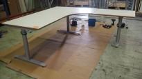 Hjørneløsning / skrivebord med elektrisk hevsenk i lys grå fra Svenheim. 200x180cm høyreløsning, pent brukt
