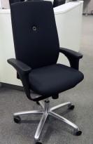 Kontorstol: Savo XO nytrukket i sort stoff med armlene, kryss i polert aluminium, pent brukt / NYTRUKKET
