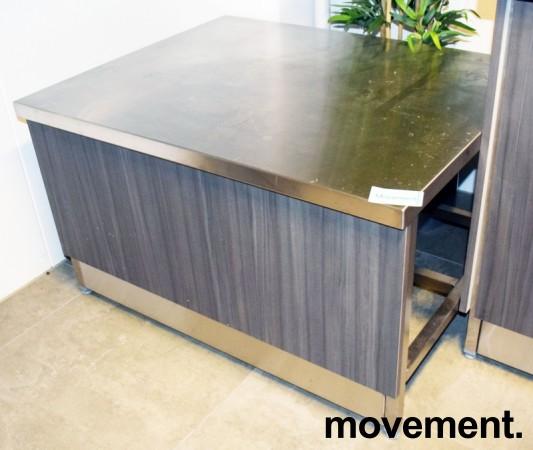 Lav arbeidsbenk / konsoll i rustfritt stål fra Nicro, 100x80cm, med front i grå eikelaminat, pent brukt bilde 1