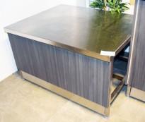 Lav arbeidsbenk / konsoll i rustfritt stål fra Nicro, 100x80cm, med front i grå eikelaminat, pent brukt