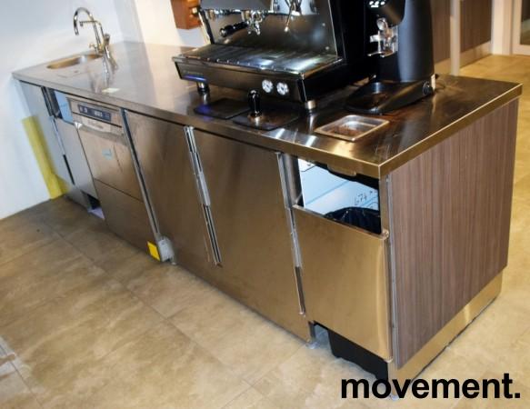 Stor arbeidsbenk / kaffebar i rustfritt stål fra Nicro, 288cm bredde, fronter i grå eik, pent brukt bilde 12