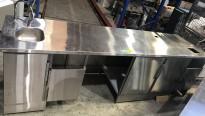 Stor arbeidsbenk / kaffebar i rustfritt stål fra Nicro, 288cm bredde, fronter i grå eik, pent brukt