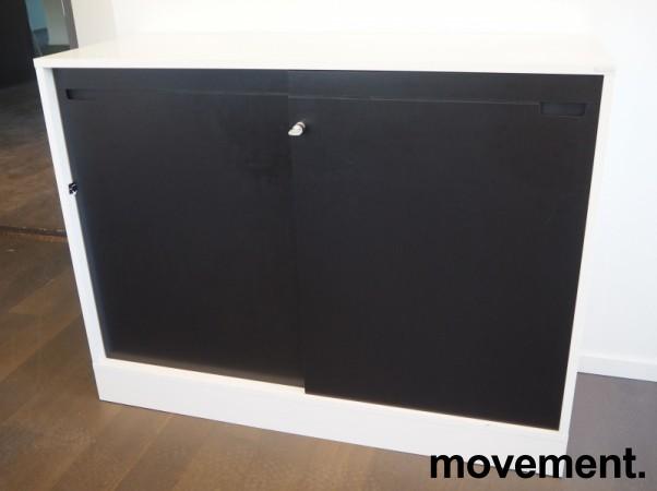 Horreds skyvedørsskap / ringpermreol med 2 permhøyer i hvitt/sort eik, LINK-serie, 120cm bredde, pent brukt bilde 2