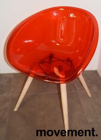 Loungestol i rød akryl, ben i lys eik fra Pedrali, modell Gliss Wood 904, pent brukt bilde 1