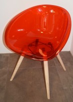 Loungestol i rød akryl, ben i lys eik fra Pedrali, modell Gliss Wood 904, pent brukt