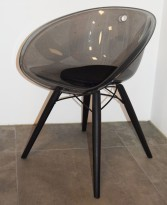 Loungestol i sort akryl, ben i sortlakkert eik fra Pedrali, modell Gliss Wood 904, pent brukt