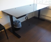 Skrivebord med elektrisk hevsenk i sort eik / sort fra Horreds, 180x90cm, pent brukt