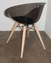 Loungestol i sort akryl, ben i hvitlasert eik fra Pedrali, modell Gliss Wood 904, pent brukt