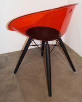 Loungestol i rød akryl, ben i sortlakkert eik fra Pedrali, modell Gliss Wood 904, pent brukt