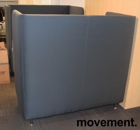Loungesofa med høy rygg, 150cm bredde, 140cm høyde, mørk grå rygg, lys grå sofa, pent brukt bilde 2