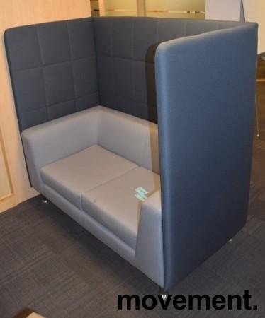 Loungesofa med høy rygg, 150cm bredde, 140cm høyde, mørk grå rygg, lys grå sofa, pent brukt bilde 1