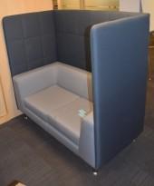 Loungesofa med høy rygg, 150cm bredde, 140cm høyde, mørk grå rygg, lys grå sofa, pent brukt